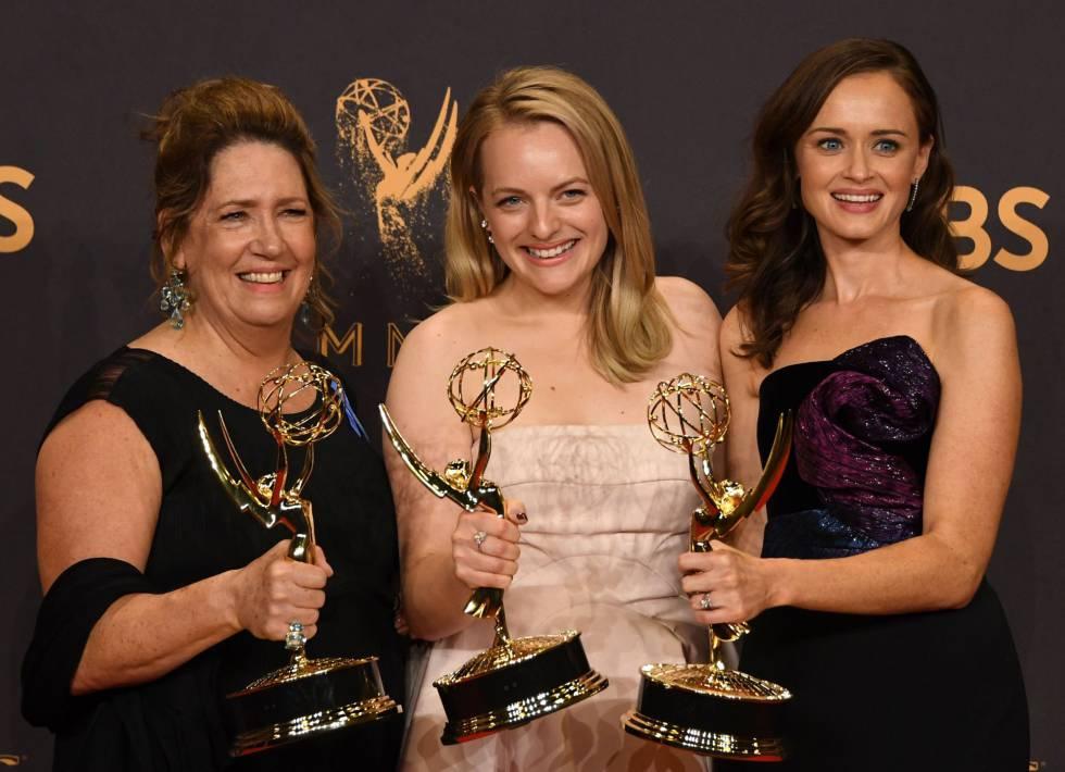 Dowd, Moss e Bledel com alguns dos Emmys