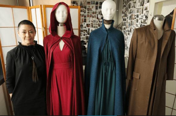 Figurinista em The Handmaids Tale com alguns figurinos