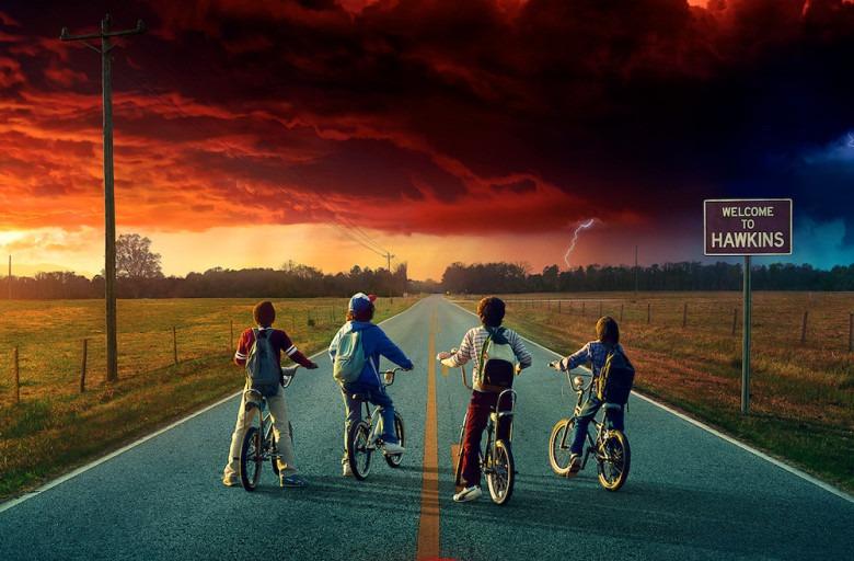 Os garotos olham o horizonte avermelhado em Stranger Things